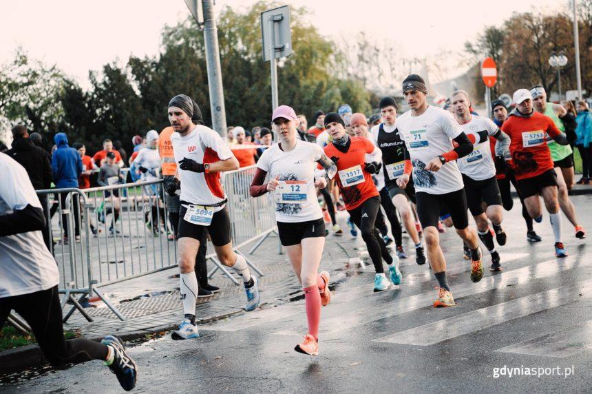Korpo barwy zobowiązują do szybszego biegu. Fot. gdyniasport.pl