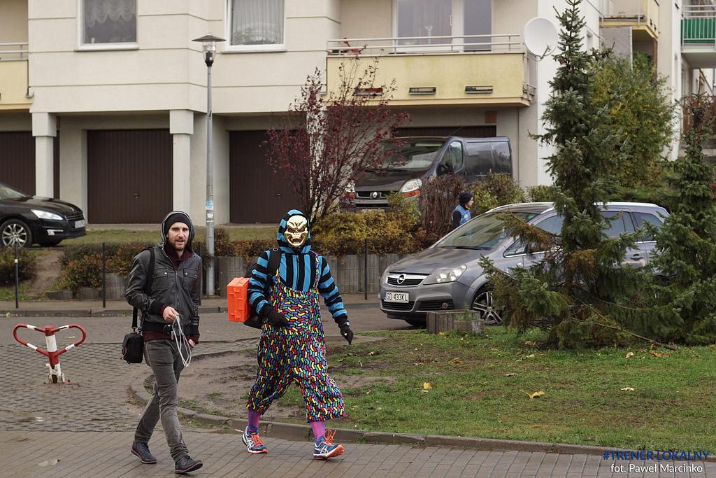 Ja w roli wolontariusza i biegający koordynator - Tobiasz. Fot. Paweł Marcinko